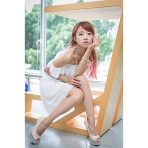 フリー写真, 人物, 女性, アジア人女性, 中国人, 木子萱(00076), 顎に手を当てる, ハイヒール, パンプス