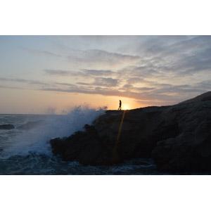 フリー写真, 風景, 自然, 崖, 海, 海岸, 波しぶき, 夕暮れ(夕方), 夕日, 人と風景, シルエット(人物)