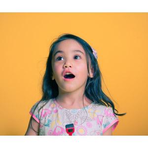 フリー写真, 人物, 子供, 女の子, 外国の女の子, 驚く, 口を開ける, 目を輝かせる