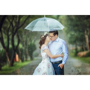 フリー写真, 人物, カップル, 恋人, ベトナム人, 人と風景, 雨, 傘, キス(口づけ), 愛(ラブ), 二人