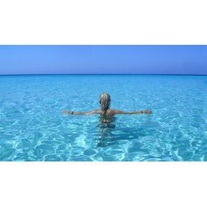 フリー写真, 人物, 女性, 外国人女性, 後ろ姿, 海水浴, リゾート, バケーション, 人と風景, 海, 手を広げる, イタリアの風景, ランペドゥーザ島