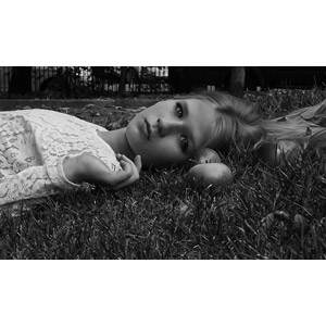 フリー写真, 人物, 少女, 外国の少女, 少女(00071), ロシア人, 寝転ぶ, 仰向け, リンゴ, モノクロ