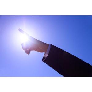 フリー写真, 人体, 手, 指, 指差す, 目標, 職業, 仕事, ビジネス, ビジネスマン, サラリーマン, 青空, 太陽光(日光)