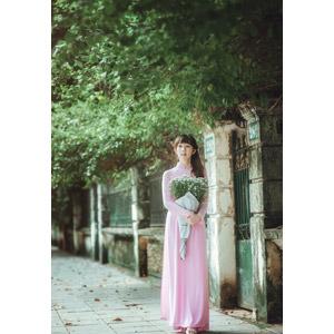 フリー写真, 人物, 女性, アジア人女性, 女性(00080), ベトナム人, アオザイ, 人と花, 花束, かすみ草(カスミソウ), 白色の花