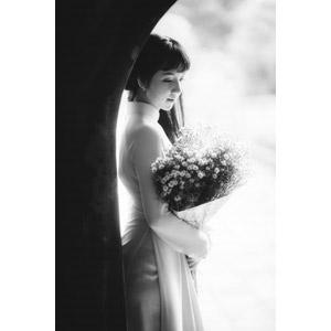 フリー写真, 人物, 女性, アジア人女性, 女性(00080), ベトナム人, アオザイ, 人と花, 花束, かすみ草(カスミソウ), モノクロ