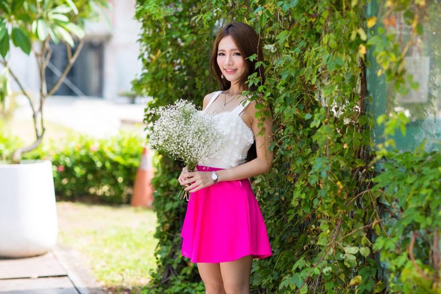 フリー写真 カスミソウの花束を持つ女性のポートレイト