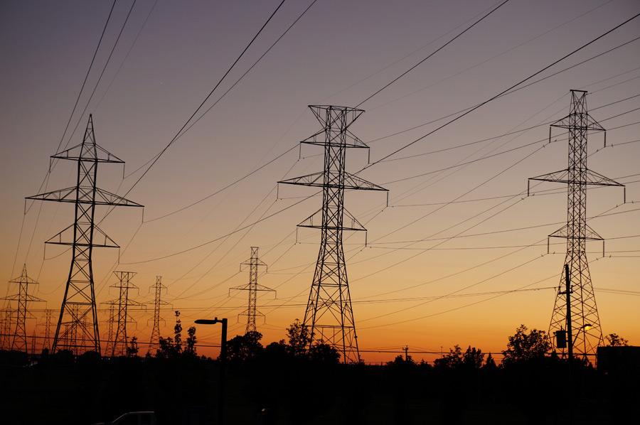 フリー写真 夕暮れの鉄塔と電線