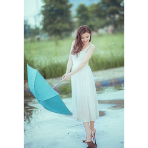 フリー写真, 人物, 女性, アジア人女性, ベトナム人, 女性(00067), 雨, 傘, ドレス, 俯く(下を向く)