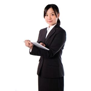 フリー写真, 人物, 女性, アジア人女性, 女性(00083), 日本人, ビジネス, 職業, 仕事, ビジネスウーマン, パソコン(PC), タブレットPC, 白背景, レディーススーツ