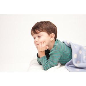 フリー写真, 人物, 子供, 男の子, 外国の男の子, 男の子(00073), 腹這い, 頬杖をつく, 顎に手を当てる, 考える, 悩む