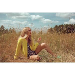 フリー写真, 人物, 女性, 外国人女性, 女性(00062), 座る(地面), 草むら, 金髪(ブロンド), 見上げる(上を向く)