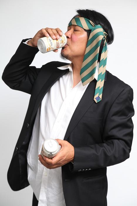 フリー写真 缶ビールを飲む酔っ払いのサラリーマン