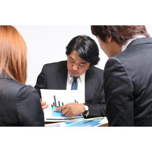 フリー写真, 人物, 集団(グループ), 日本人, 男性(00087), 職業, 仕事, ビジネスマン, ビジネスウーマン, サラリーマン, 会議(ミーティング), 書類, 棒グラフ, データ, 指差す, 三人