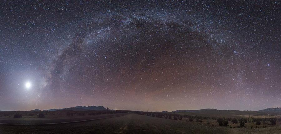 フリー写真 弧を描く天の川の風景