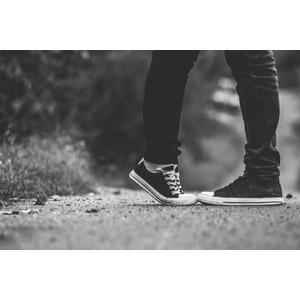 フリー写真, カップル, 恋人, 人体, 脚, 足, 二人, キス(口づけ), 愛(ラブ), つま先立ち, モノクロ