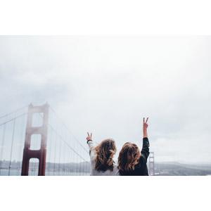 フリー写真, 人物, 女性, 外国人女性, 二人, 後ろ姿, 人と風景, 橋, ゴールデンゲートブリッジ, アメリカの風景, カリフォルニア州, サンフランシスコ