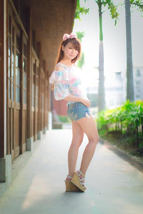 フリー写真 デニムのショートパンツ姿の女性のポートレイト
