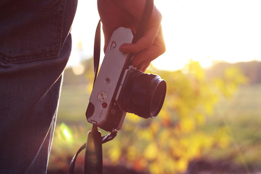 フリー写真 手に持っているカメラ