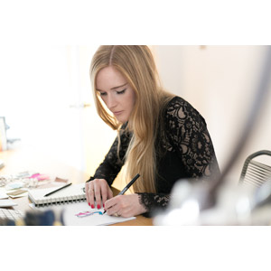 フリー写真, 人物, 女性, 外国人女性, 職業, 仕事, デザイナー, 絵を描く, 金髪(ブロンド)