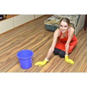 フリー写真, 人物, 女性, 外国人女性, 女性(00092), エプロン, 掃除(清掃), 拭き掃除, フローリング, バケツ, 座る(床)