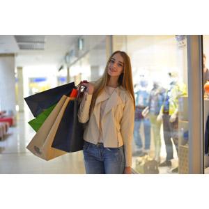 フリー写真, 人物, 女性, 外国人女性, 女性(00092), 買い物(ショッピング), ショッピングバッグ, ショッピングモール