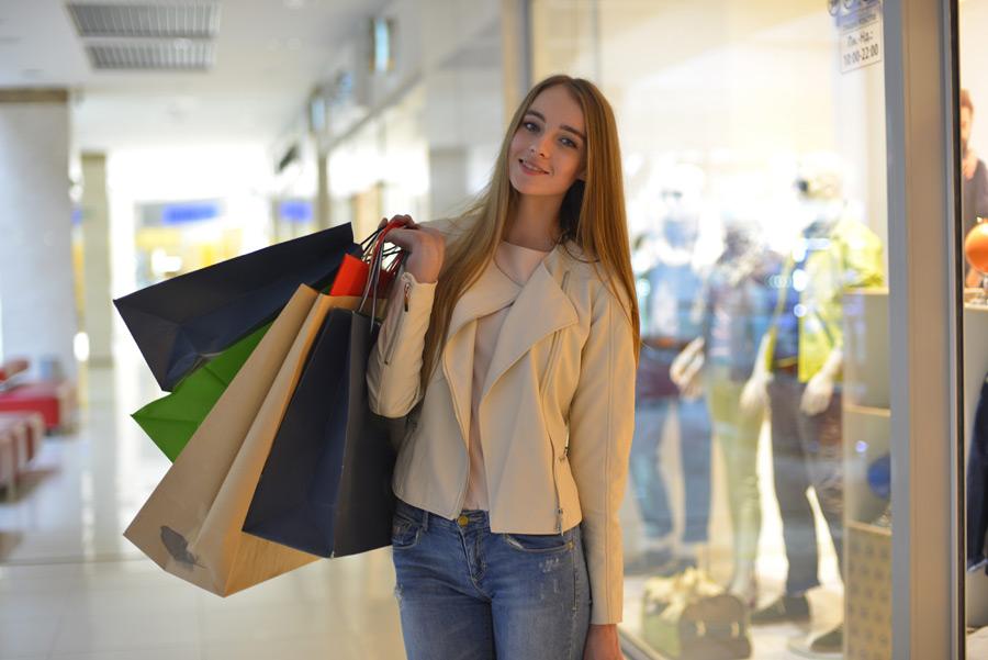 フリー写真 ショッピングを楽しむ外国人女性