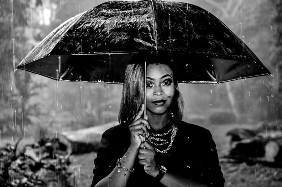 フリー写真 雨の中傘を差す外国人女性
