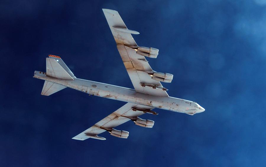 フリー写真 ローアングルからのB-52ストラトフォートレス