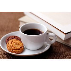 フリー写真, 飲み物(飲料), コーヒー(珈琲), コーヒーカップ, 食べ物(食料), 菓子, クッキー(ビスケット), 本(書籍)