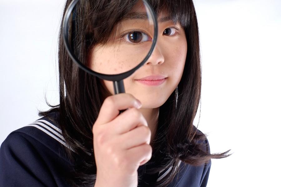 フリー写真 虫眼鏡で観察する女子高生