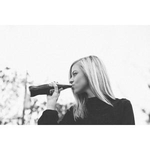 フリー写真, 人物, 女性, 外国人女性, 横顔, 飲む, 飲み物(飲料), ジュース, コーラ, モノクロ