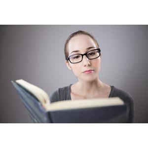 フリー写真, 人物, 女性, 外国人女性, フランス人, 女性(00070), 眼鏡(メガネ), 本(書籍), 読む(読書)