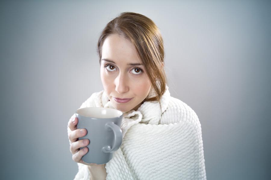 フリー写真 温かい飲み物で温まるフランス人女性