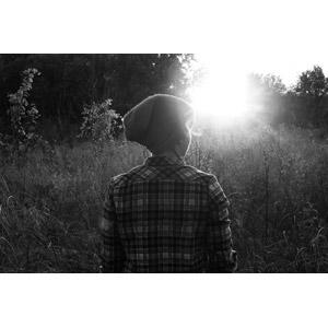 フリー写真, 人物, 女性, 外国人女性, 後ろ姿, 帽子, ニット帽, 人と風景, 草むら, 太陽光(日光)