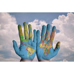 フリー写真, 人体, 手, 地図, 世界地図, 青空