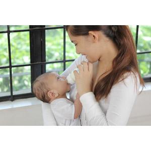 フリー写真, 人物, 親子, 母親(お母さん), 子供, 赤ちゃん, 二人, フィリピン人, 女性(00101), 哺乳瓶, 飲む, 授乳