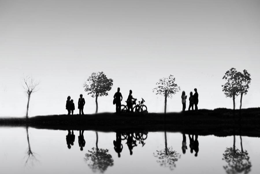 フリー写真 川辺の人々