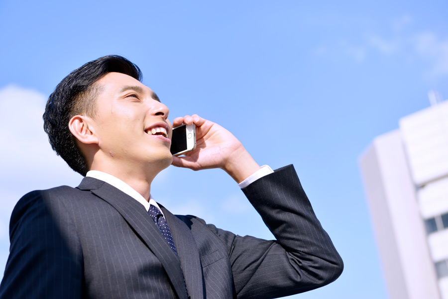 フリー写真 携帯電話で話しているサラリーマンの男性