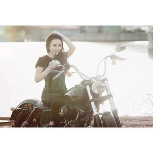 フリー写真, 人物, 女性, アジア人女性, ベトナム人, 女性(00104), 人と乗り物, バイク(オートバイ), 髪をかき上げる, ハーレーダビッドソン, Tシャツ