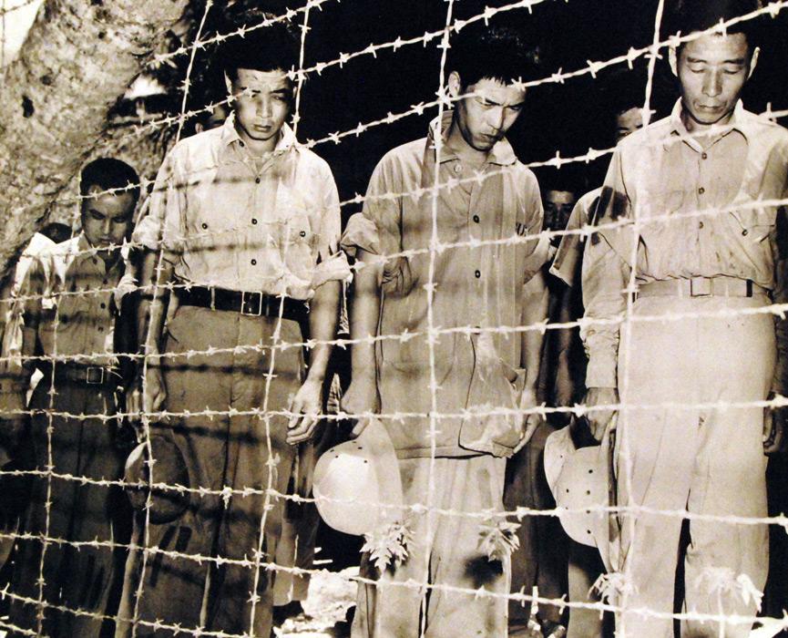 フリー写真 1945年8月15日、玉音放送を聞く日本人捕虜たち