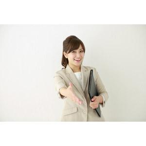 フリー写真, 人物, 女性, アジア人女性, 女性(00095), 日本人, 職業, 仕事, ビジネスウーマン, OL(オフィスレディ), レディーススーツ, 手を差し伸べる