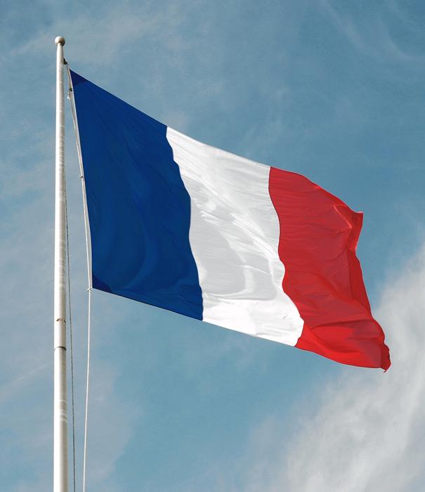 フリー写真 青空にたなびくフランスの国旗