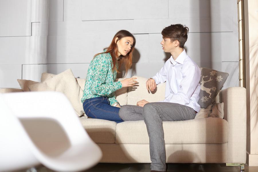 フリー写真 話し合う外国の夫婦