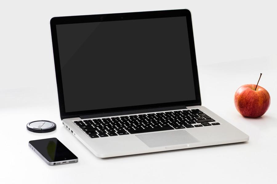 フリー写真 MacBook ProとiPhoneとリンゴ
