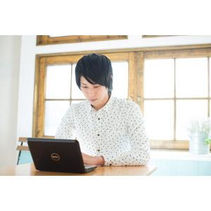フリー写真, 人物, 男性, アジア人男性, 男性(00108), 日本人, 家電機器, パソコン(PC), ノートパソコン, ネットサーフィン, 学生(生徒), 大学生, シャツ