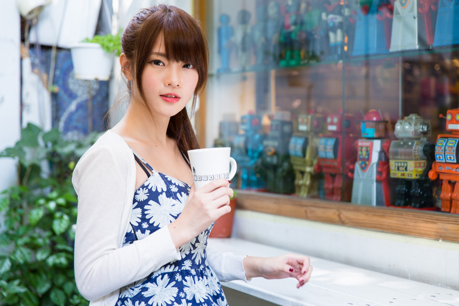 フリー写真 マグカップを手に持つ女性のポートレイト