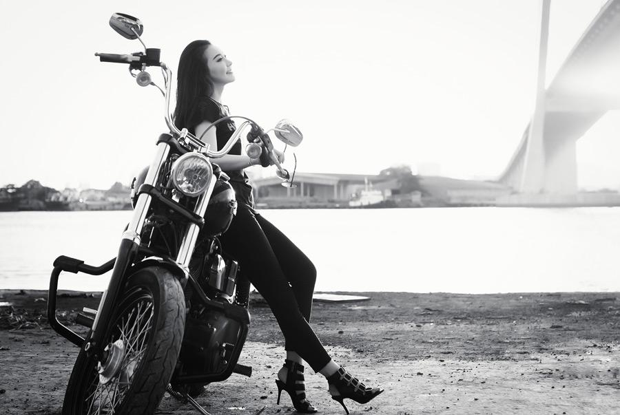 フリー写真 バイクに腰掛けるベトナム人女性