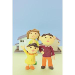フリー写真, 人形, 家族, 親子, 父親(お父さん), 母親(お母さん), 娘, 子供, 住宅, 家(一軒家), マイホーム, 手を振る, 腰に手を当てる