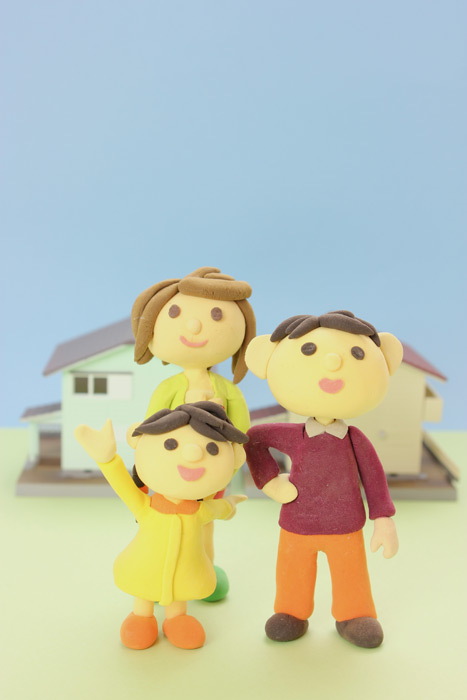 フリー写真 マイホームと三人家族の人形