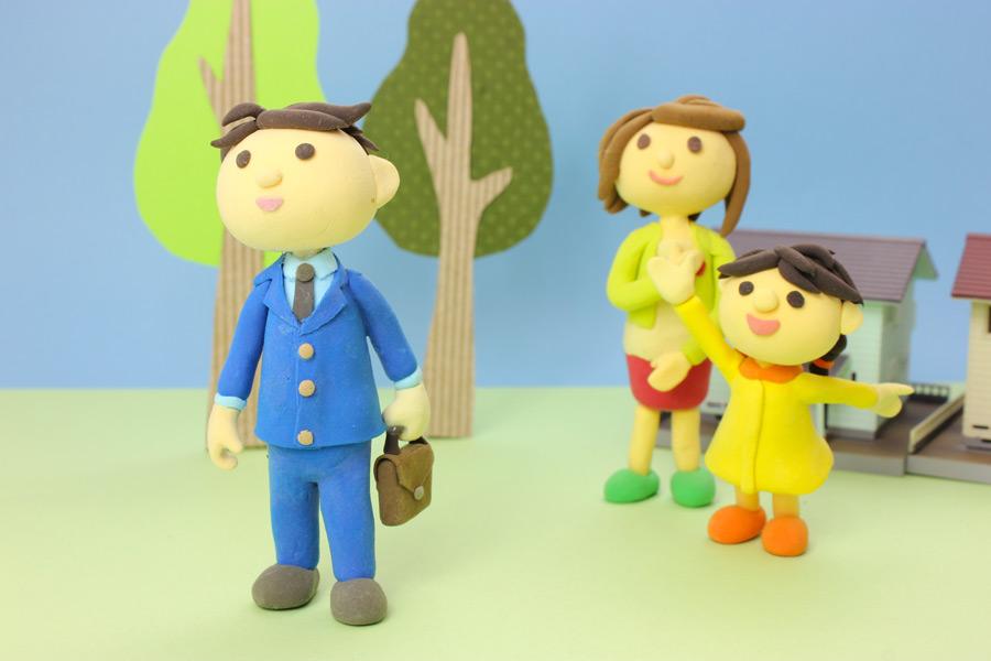フリー写真 仕事に出勤する父と見送る母と娘